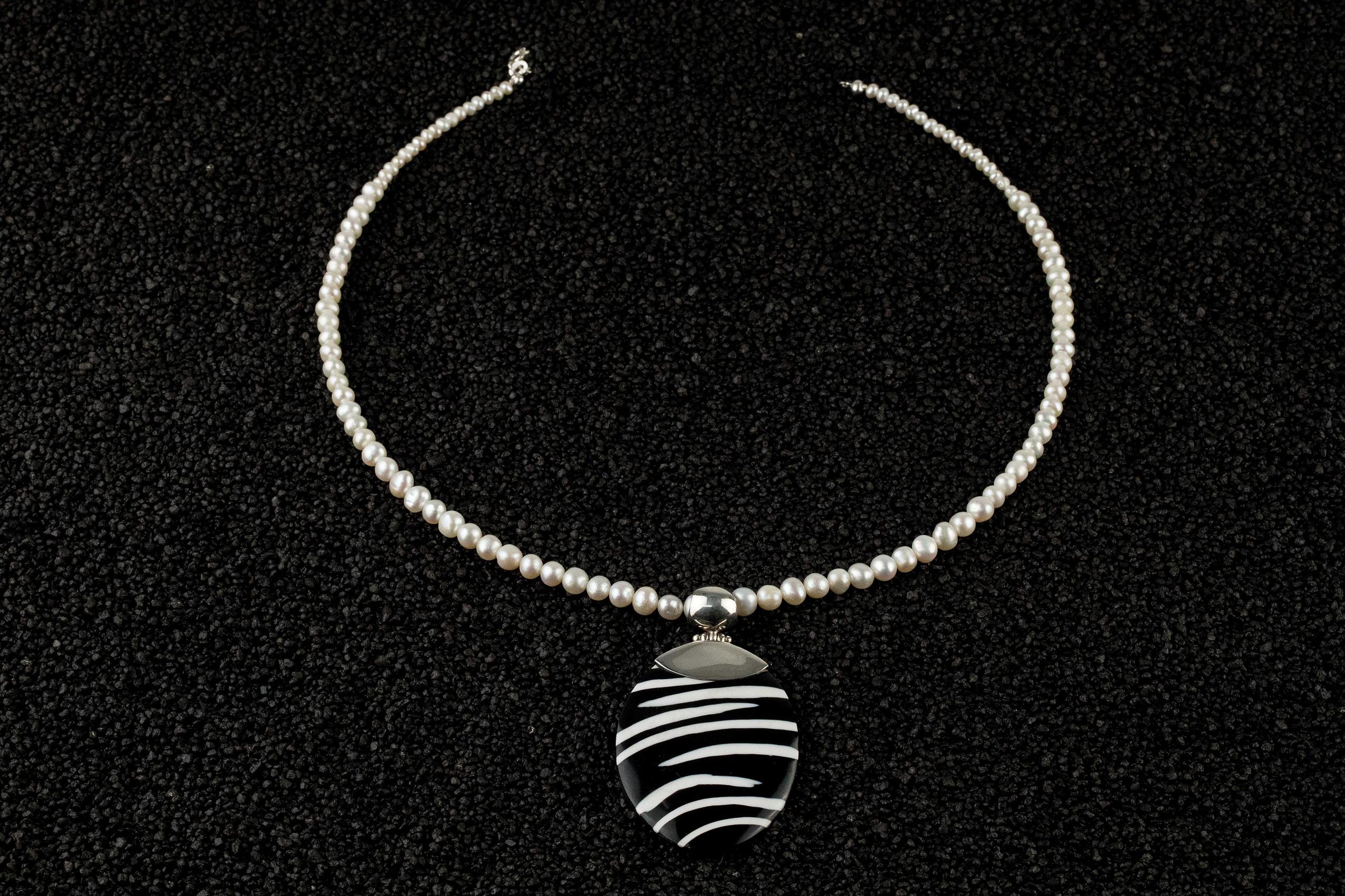 Colier unicat cu pandantiv argint 925 sidef alb si negru si perle albe de cultura